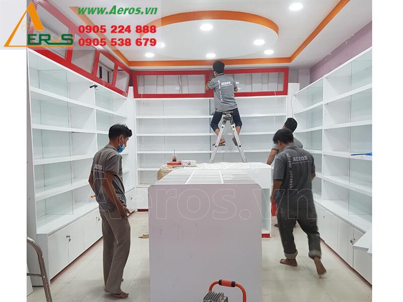 Hình ảnh thợ Aeros đang thi công shop mỹ phẩm anh Ân ở quận 1, TPHCM