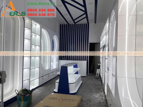 Thợ mộc Aeros đang thi công nội thất shop mỹ phẩm Bonivy tại quận Tân Bình, TPHCM.