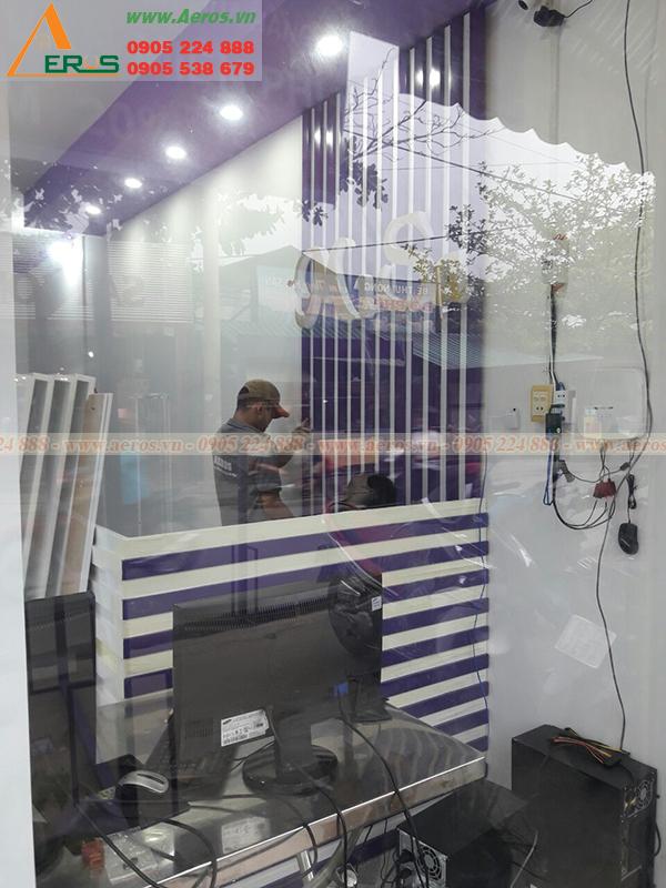 Hình ảnh đội ngũ nội thất Aeros đang thi công shop mỹ phẩm tại công trình